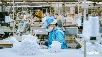 Doanh nghiệp tăng ca đến 22h để sản xuất khẩu trang y tế